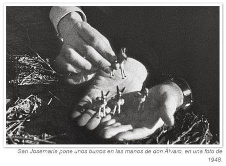 S Josemaria pone unos burros en las manos de D Alvaro