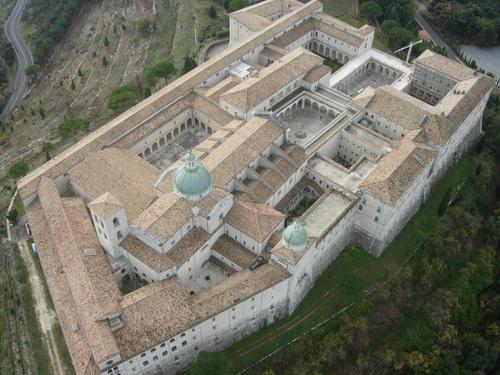 Tomás puro ser Abad de Montecassino -reconstruida tras los bombardeos de la II Guerra mundial- pero prefirió ser dominico. Taringa.net