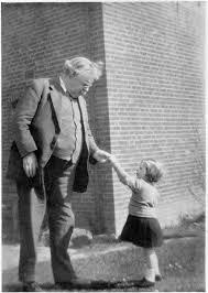 Esta foto en la que una niña entrega a GK una flor es conocida como 'The Dandelion'
