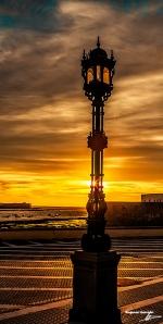 Farola del Paseo de la Caleta de Cádiz. Chesterton encuentra el misticismo en la vida cotidiana. Imagen: El Club Digital.