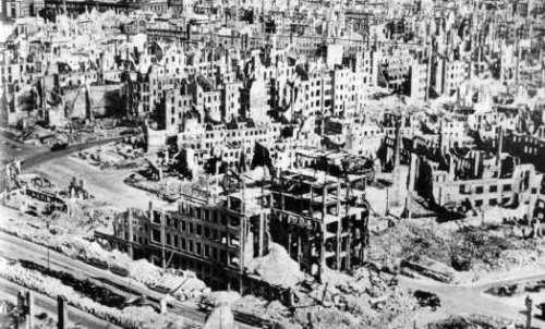 Ruinas de Dresde (1945). Las dos guerras mundiales fueron consecuencia directa de los planteamientos 'modernos'. Imagen: heroeenunmundodetitanes.
