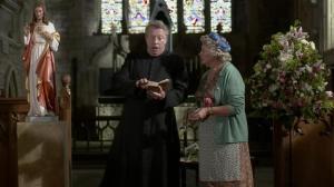 El padre Brown de la BBC se queda patidifuso al leer a Chesterton.